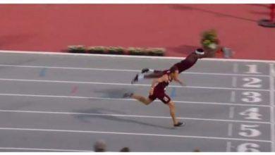 Photo of Un atleta entra en meta a lo Superman para ganar una prueba de 400 metros vallas
