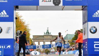 Bekele en el momento de cruzar la meta en el maratón de Berlín